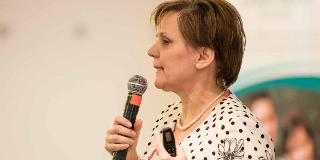 Dr. Fábián Mária neurológus a II. Iskolai Agresszió Kezelési Pedagógus Konferencián 2019-ben a Virágozz és Prosperálj Alapítvány szervezésében